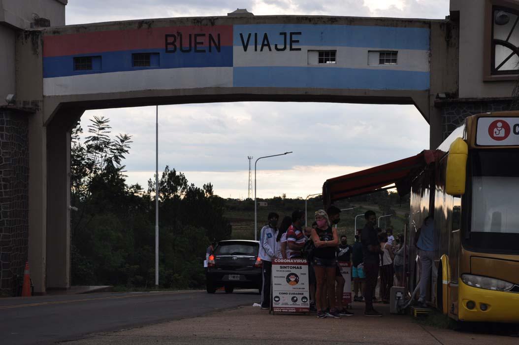 Cientos de viajantes llegando a Misiones por las fiestas generó demoras y protestas en los accesos a la provincia, debido a que muchos no contaban con test para COVID