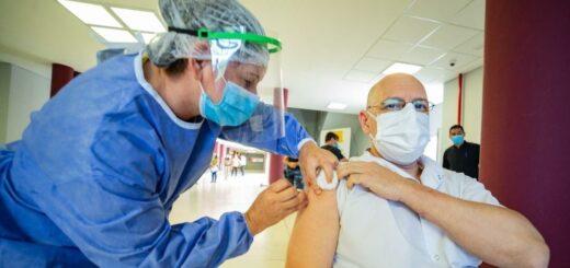 """Oscar Herrera Ahuad destacó el operativo de vacunación: """"La adhesión de la población objetivo supera el 96% en el RRHH de Salud"""""""