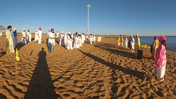 """En una playa de Posadas, los umbandas de """"Raíces Afro"""" entregaron ofrendas a Oxúm, la diosa de las aguas dulces"""