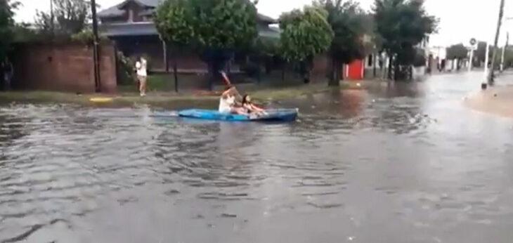 Corrientes: vecinos de Goya circularon por las calles en kayak tras las intensas lluvias