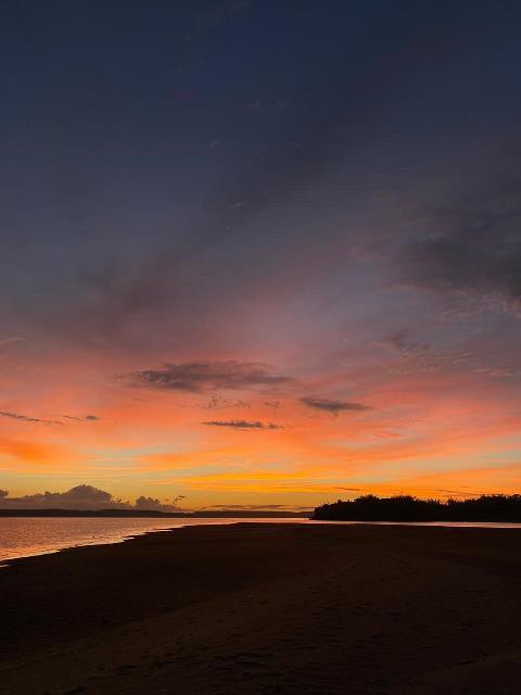 Mirá el majestuoso y colorido atardecer desde un banco de arena sobre el río Paraná