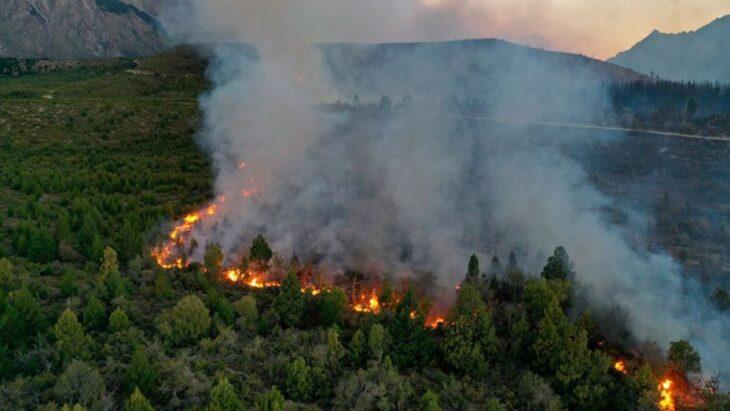 Incendios forestales en Río Negro: ya arrasó casi 10 mil hectáreas en El Bolsón y temen que afecte una planta de gas