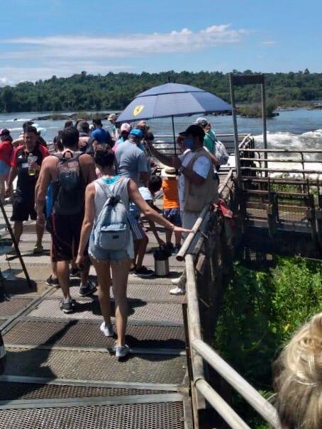 Turismo: cientos de turistas recorrieron las Cataratas, que lucieron espléndidas el fin de semana