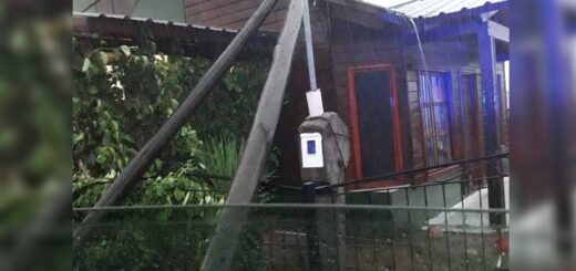 Garupá: un poste de tendido eléctrico cayó sobre una vivienda