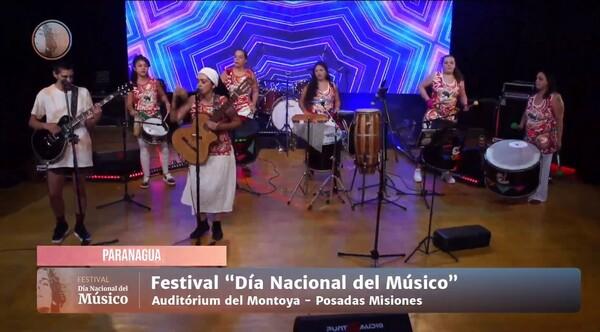 拍手、詠唱、喜びで、彼らはポサダスで開催された「全国ミュージシャンデー」のバーチャルフェスティバルを祝いました