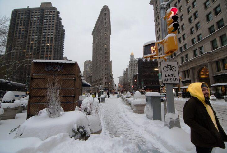 Una terrible nevada azota Nueva York y se suspendió la vacunación contra el coronavirus