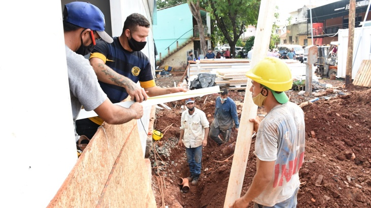 El gobernador de Misiones, Oscar Herrera Ahuad, supervisó obras y entregó maquinaria en Puerto Iguazú