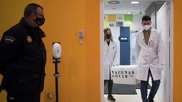 En España proponen postergar 6 meses la inmunización de las personas menores a 55 años sin condiciones de riesgo