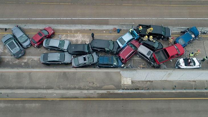 Alrededor de 100 autos protagonizaron un accidente en Texas: la autopista estaba cubierta de hielo