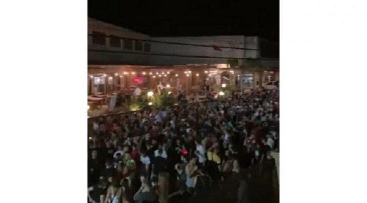 Playa de Ferrugem con calles llenas de gente durante el Carnaval en Santa Catarina