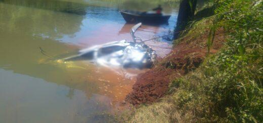 Lograron extraer el cuerpo del joven automovilista que cayó a un arroyo tras un despiste