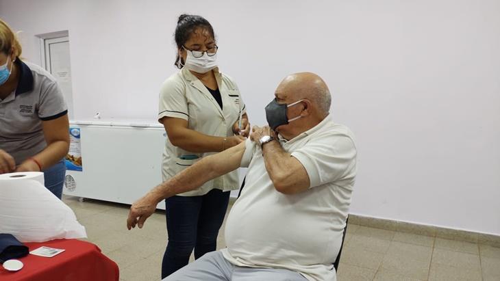 Adultos mayores de 75 años de Posadas recibieron la primera dosis de la vacuna contra el coronavirus