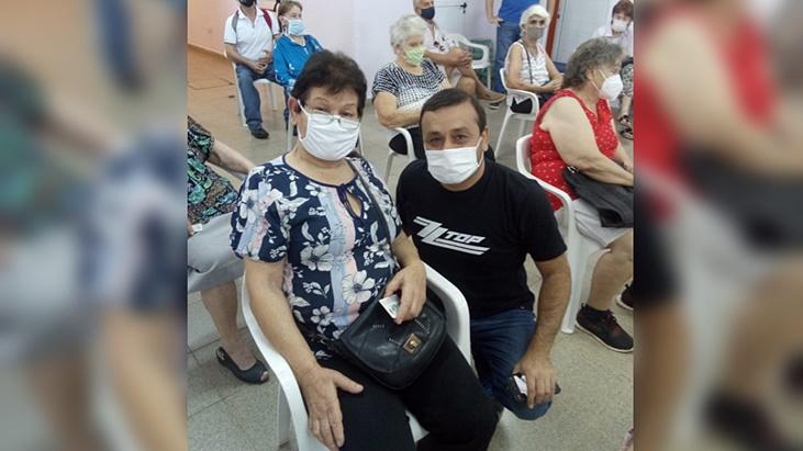 El gobernador de Misiones, Oscar Herrera Ahuad, acompañó a los adultos mayores de Posadas en la segunda jornada de vacunación