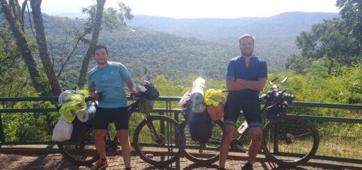 """Invitó a su amigo de Córdoba y juntos recorren Misiones desde hace 15 días en bicicleta: """"Es una experiencia única"""", expresó Manuel Lorenzo"""
