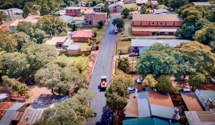 Junto a la Dirección Provincial de Vialidad, la municipalidad de Eldorado suma más cuadras de asfaltado en la ciudad