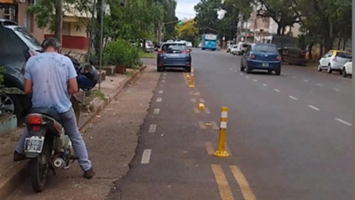Hace más de medio año señalizaron las bicisendas de Posadas pero los automovilistas siguen usándolas de estacionamiento