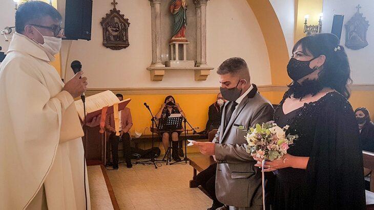 """El sacerdote Alberto Barros aclaró que no hubo casamiento por iglesia entre un hombre y una mujer trans, sino """"solo una bendición"""""""