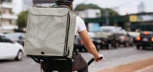 Imagen viral: estudia en la calle mientras trabaja de delivery y conmueve a las redes