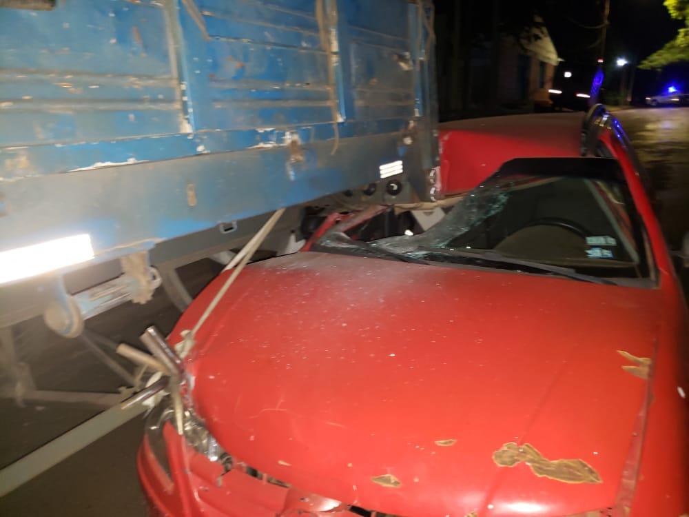 Un automovilista manejaba borracho y se estrelló contra un camión estacionado en Posadas