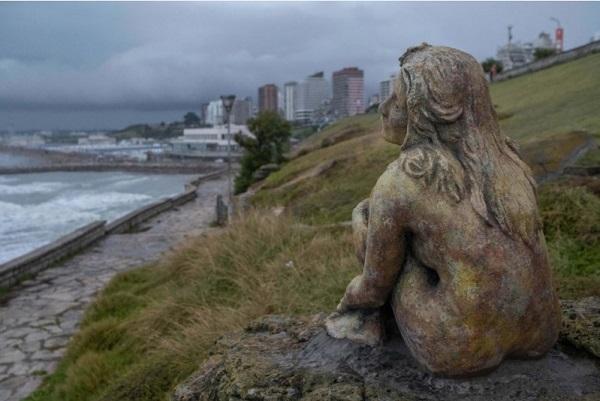 Arte: buscan al artista que instaló una escultura anónima frente a la costa de Mar del Plata