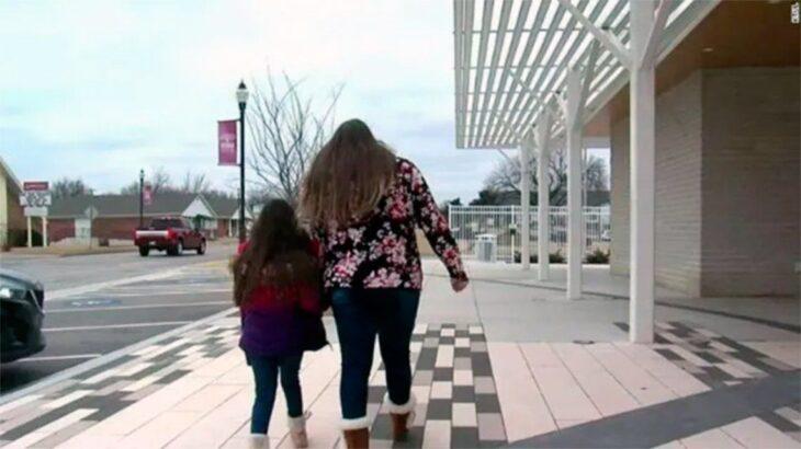 Una nena de 8 años fue expulsada del colegio por estar enamorada de una amiga