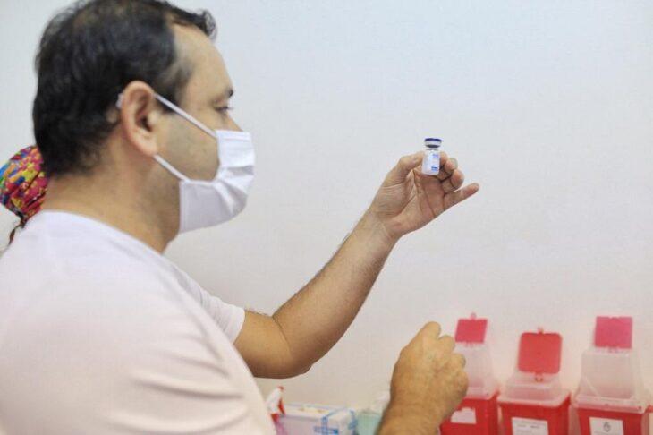 """Para el gobernador Herrera Ahuad """"el personal esencial debe seguir siendo primordial para inmunizar"""" y aclaró que en Misiones, """"vacuna que llega queda a disposición para ser inoculada"""""""