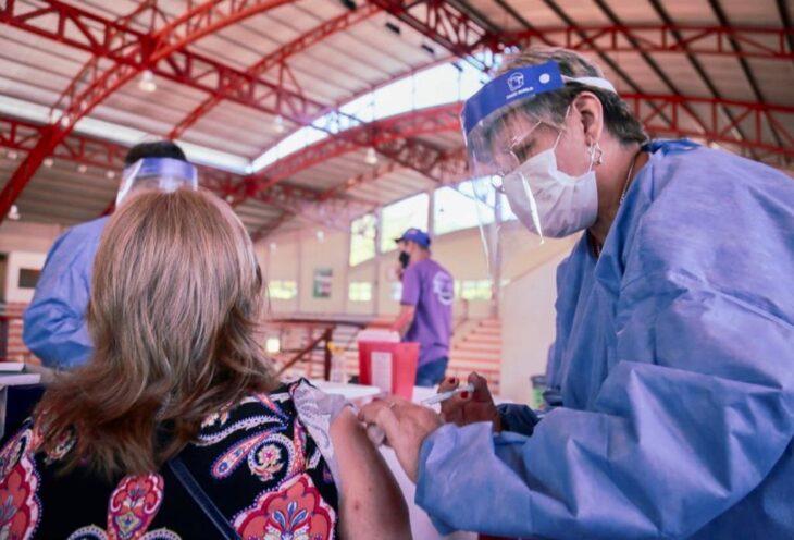 Vacunación contra el Covid-19: desde mañana se pueden anotar los mayores de 65 años y se amplía el operativo a 30 municipios