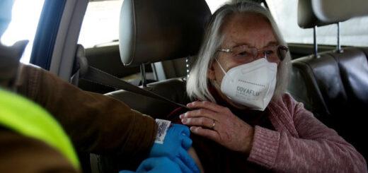 Farmacias y supermercados de Estados Unidos comenzarán a aplicar vacunas contra el COVID-19