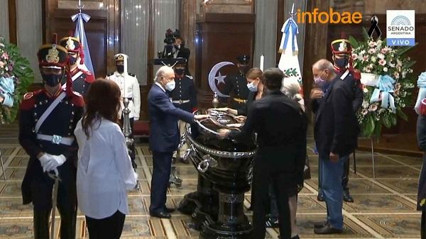 #MurióMenem: la vicepresidenta Cristina Kirchner recibió al cortejo fúnebre y comienza el velatorio en el Senado