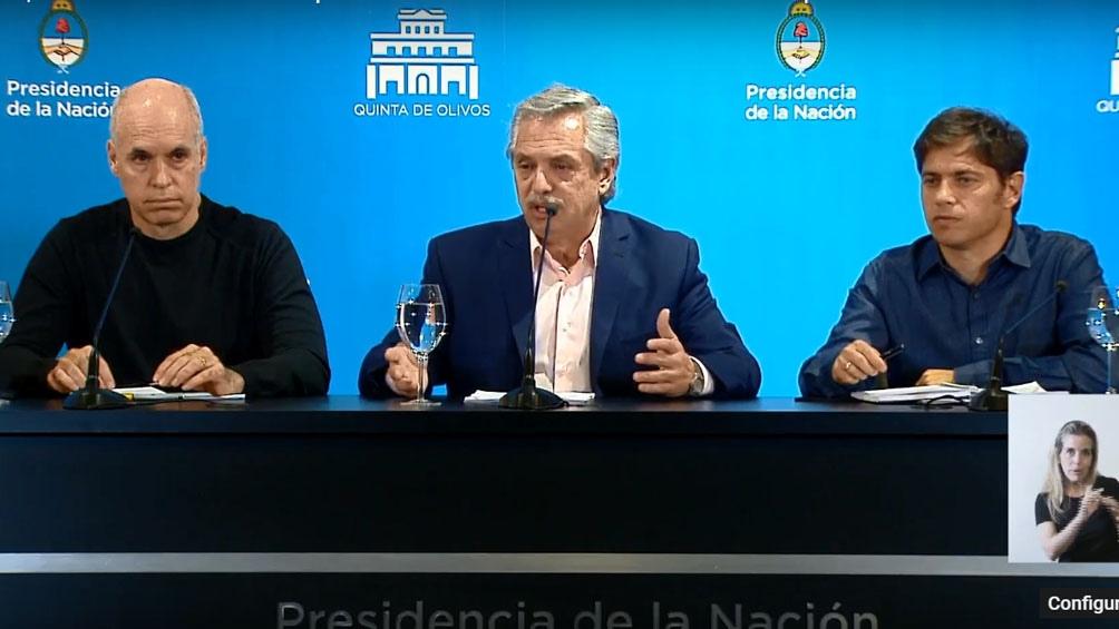 Flanqueado por el jefe de Gobierno porteño y el gobernador bonarense, el Presidente anunció la cuarentena.