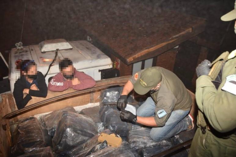 Embistió un control de Gendarmería en Colonia Delicia e intentó fugarse: llevaba más de tres toneladas de marihuana