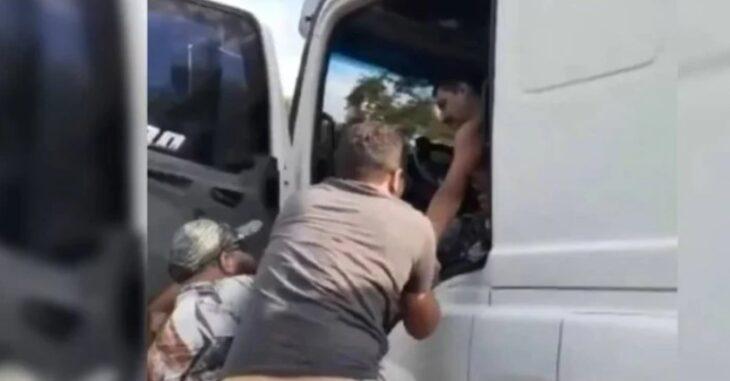 Viajó 30 kilómetros colgado al camión que chocó y mató a su esposa