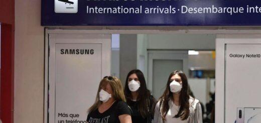 Restringen los vuelos desde Brasil y los pasajeros que lleguen desde el exterior deberán pagar el hisopado