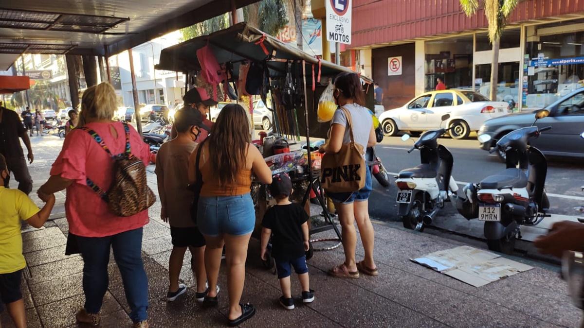 Padres y chicos salieron a hacer las compras de último momento para la vuelta a las clases presenciales y llenaron el centro de Posadas