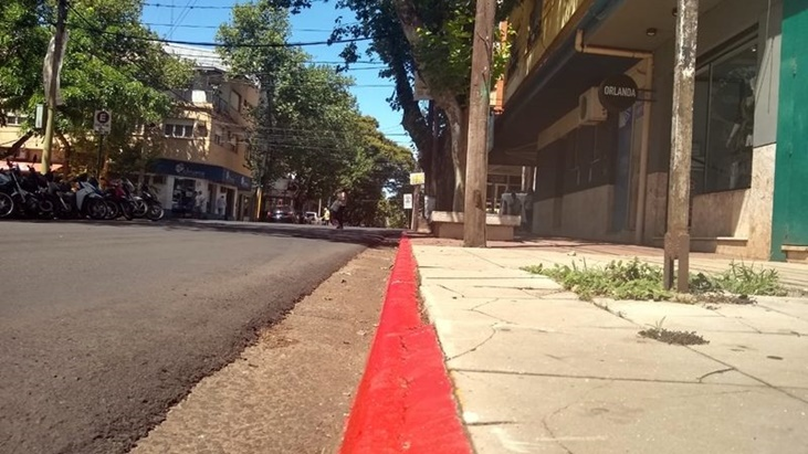 Posadasのダウンタウンエリアでトラフィックを注文するための赤いコードの境界