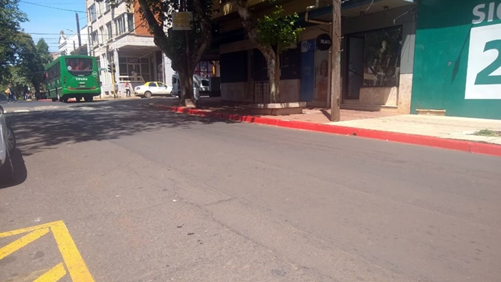 Posadasのダウンタウンエリアでトラフィックを注文するための赤いコードンの境界