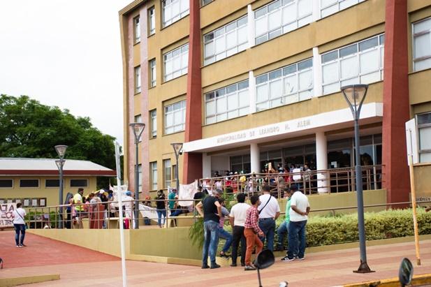 Manifestantes tomaron el edificio municipal de Leandro N. Alem