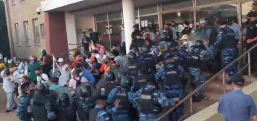 Manifestantes mantuvieron sitiada la Municipalidad de Alem durante 12 horas y fueron desalojados por la Policía