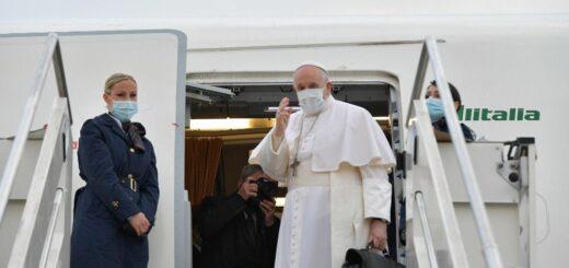 Francisco aterrizó en Irak en la primera visita de un papa al país