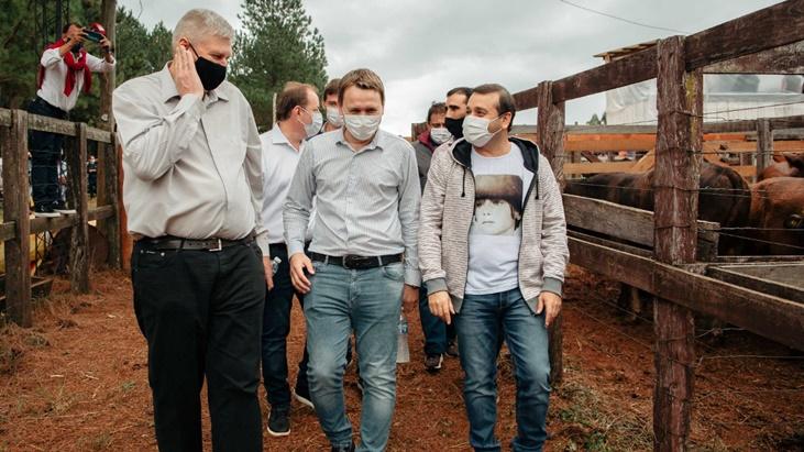 El gobernador Oscar Herrera Ahuad acompañó a productores en el remate ganadero de 25 de Mayo