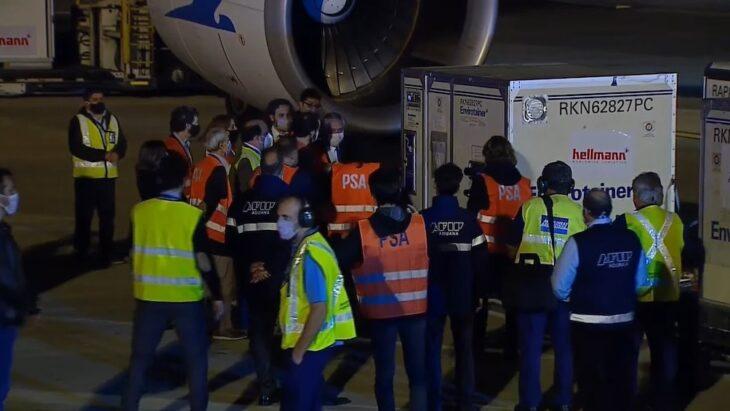 El Presidente recibió en Ezeiza al vuelo que trajo un millón de vacunas desde China