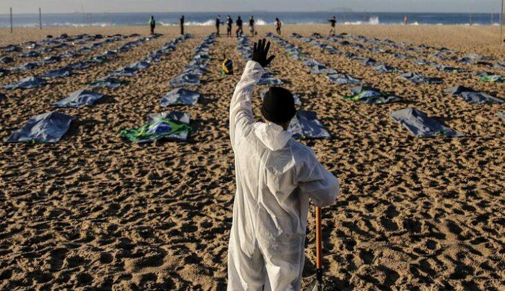 Copacabana homenajeó a las 400.000 víctimas del coronavirus en Brasil y protestó contra Bolsonaro