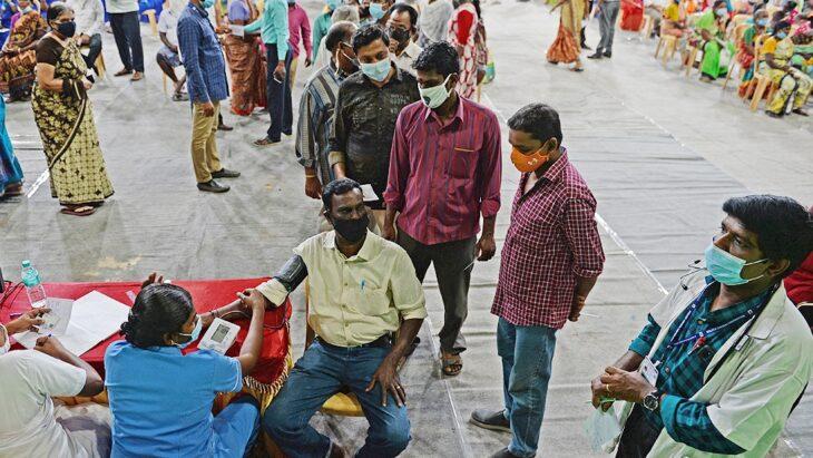 India registró un nuevo récord de casos de coronavirus, pero el Gobierno federal niega la posibilidad de imponer un segundo bloqueo a nivel nacional