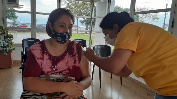Comenzó la vacunación a docentes mayores de 60 años de la UNaM