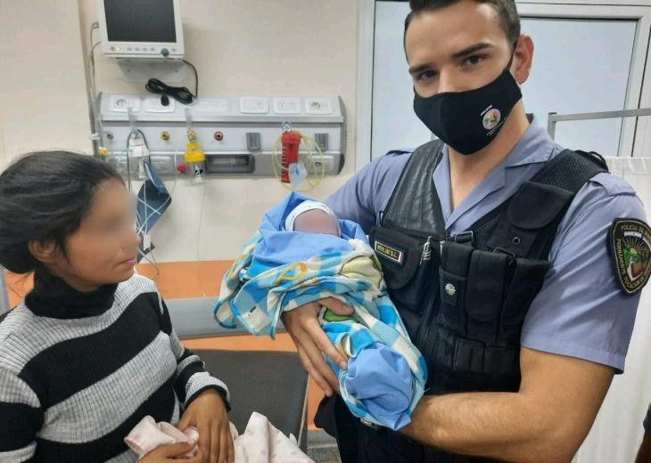 Pueblo Illia: una madre fue asistida por policías y dio a luz un niño