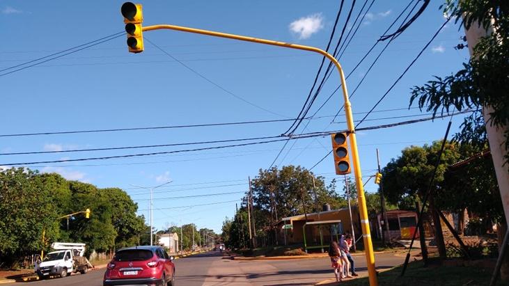 Para promover la seguridad vial, instalaron un nuevo semáforo en la intersección de las avenidas Santa Cruz y Aguado de Posadas