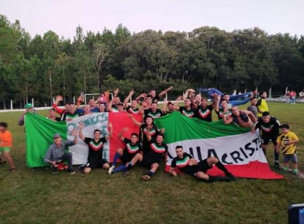 Sin protocolos: un equipo de Oberá se consagró campeón de un torneo amateur ante un gran marco de público