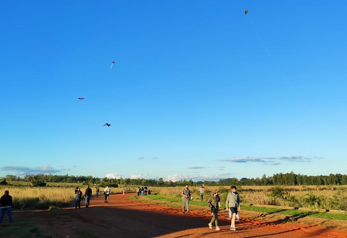 Con el primer frío del otoño, familias misioneras remontaron barriletes en la Reserva Urutaú