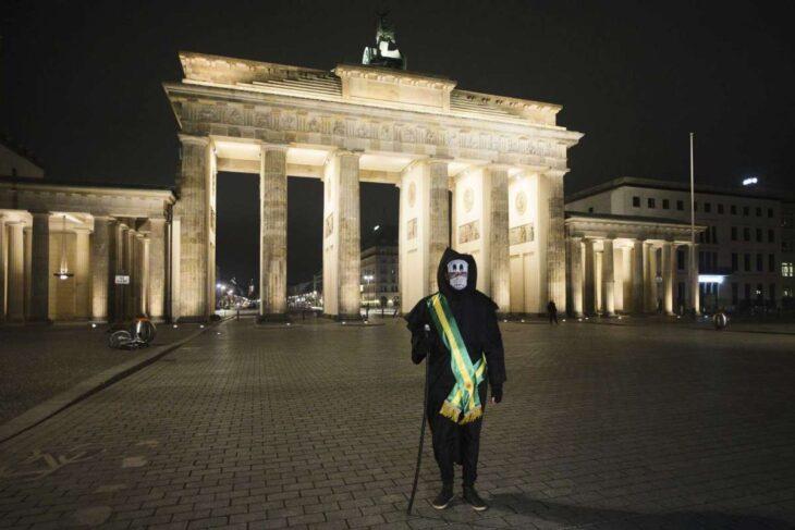 """Un artista brasileño vestido de """"La Muerte"""" recorre las calles de Berlín a modo de protesta contra las políticas de Bolsonaro"""