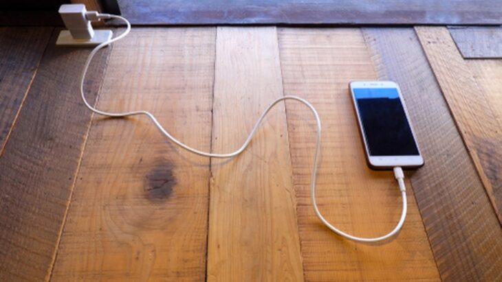 Brasil: un bebé de 8 meses murió electrocutado al morder el cable del cargador de un celular